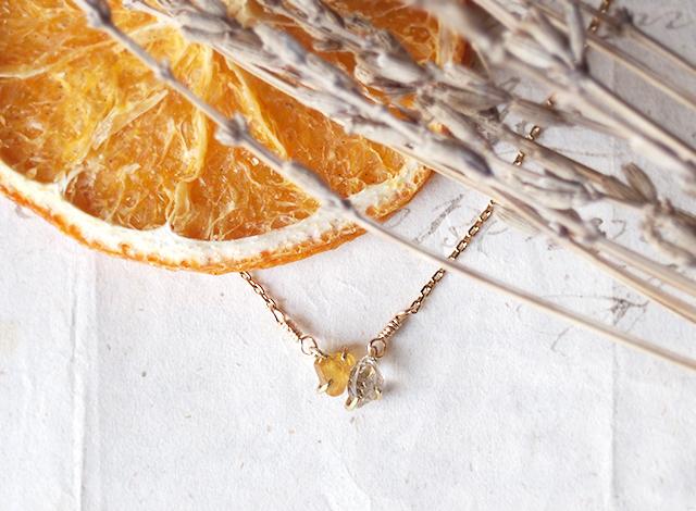 原石のイエローサファイアとダイヤモンドクォーツのネックレス