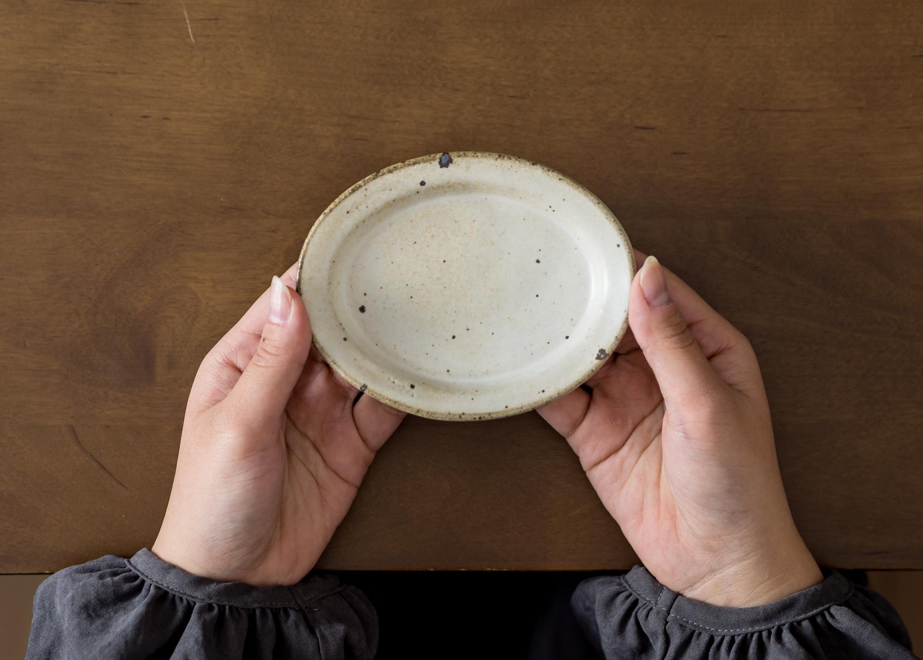粉引き オーバル豆皿 (小皿・豆皿・取り皿・醤油皿)/くるり窯