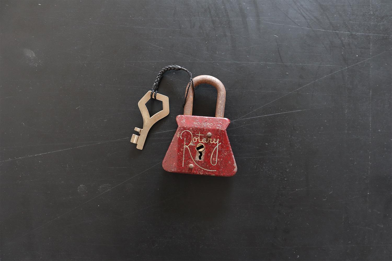ワインレッドの南京錠(鍵付き)