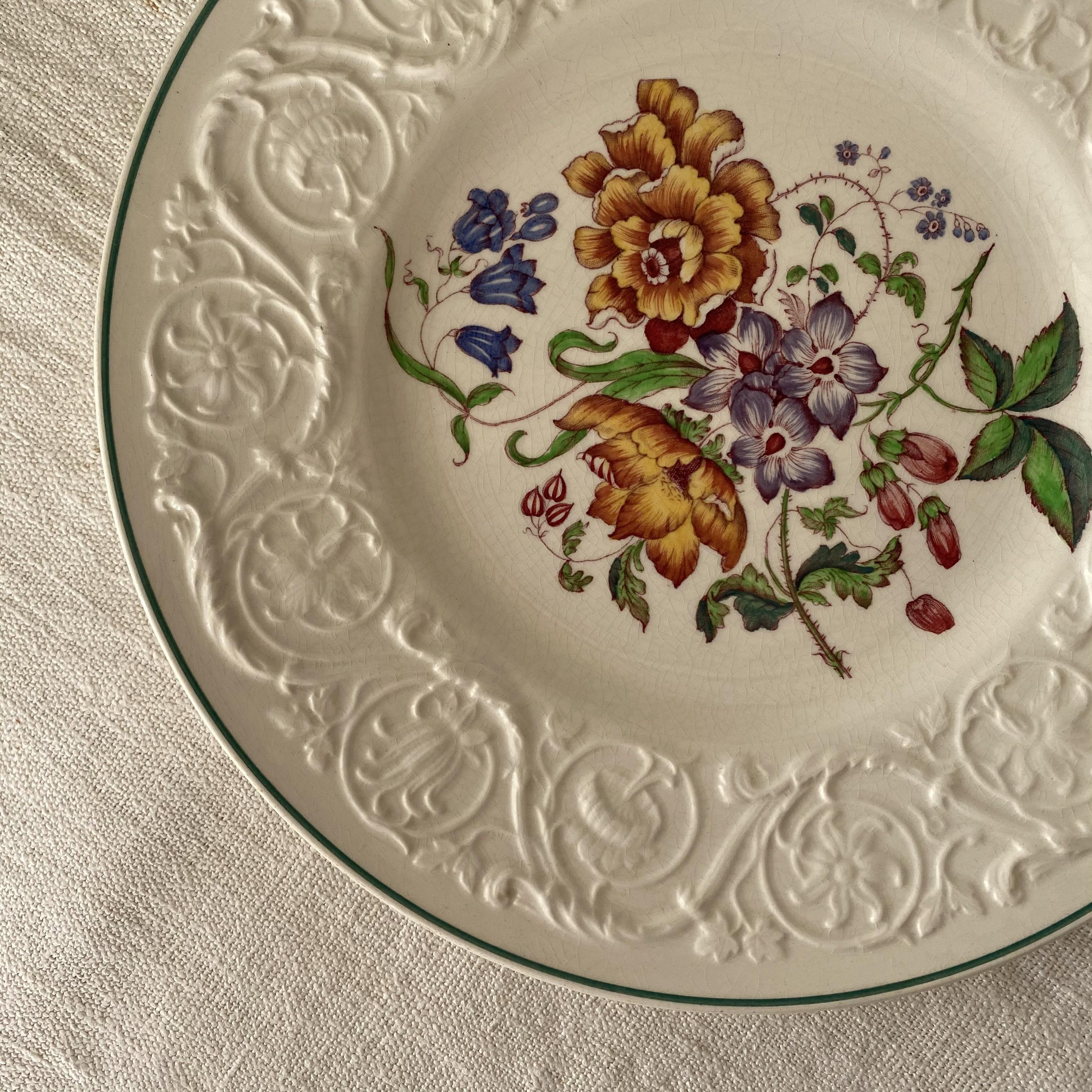 植物のレリーフが美しいお皿