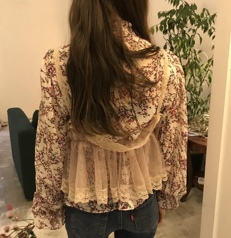 〈カフェシリーズ〉フローラルシフォンシャツ×レースメッシュビスチェ【floral chiffon shirt × lace mesh bustier】