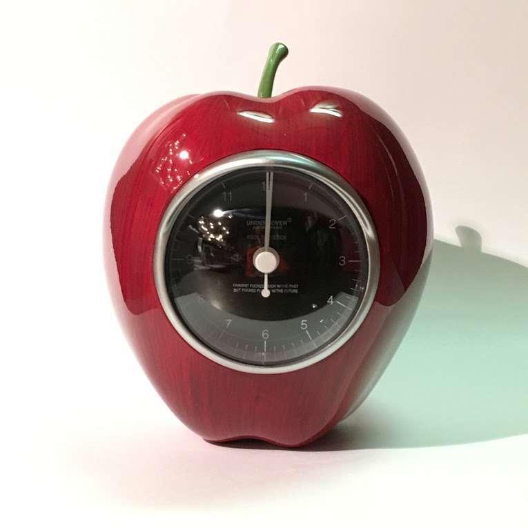 UCR9Z04 :GILAPPLE CLOCK【MEDICOMTOY】
