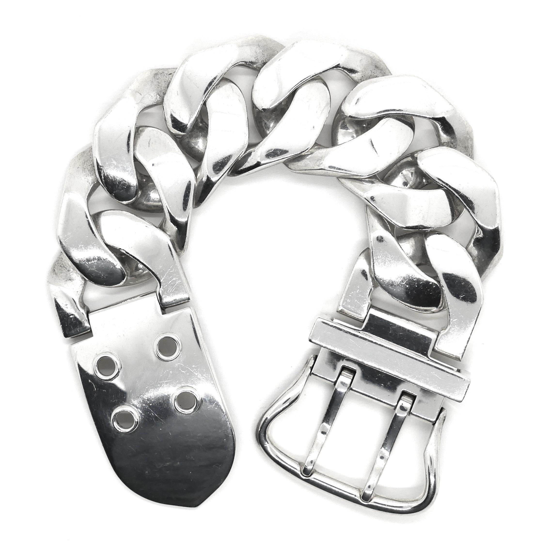 9330409fc417 Hermès(エルメス)のヴィンテージジュエリー。 Boucle Sellier(ブックルセリエ)と呼ばれる馬具を連想させるモチーフのブレスレット。  美しい喜平チェーンとバックル ...