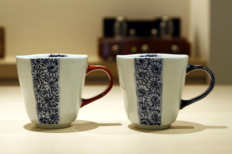 晧洋窯(有田焼)タコ帯唐草 マグカップ(青・赤)