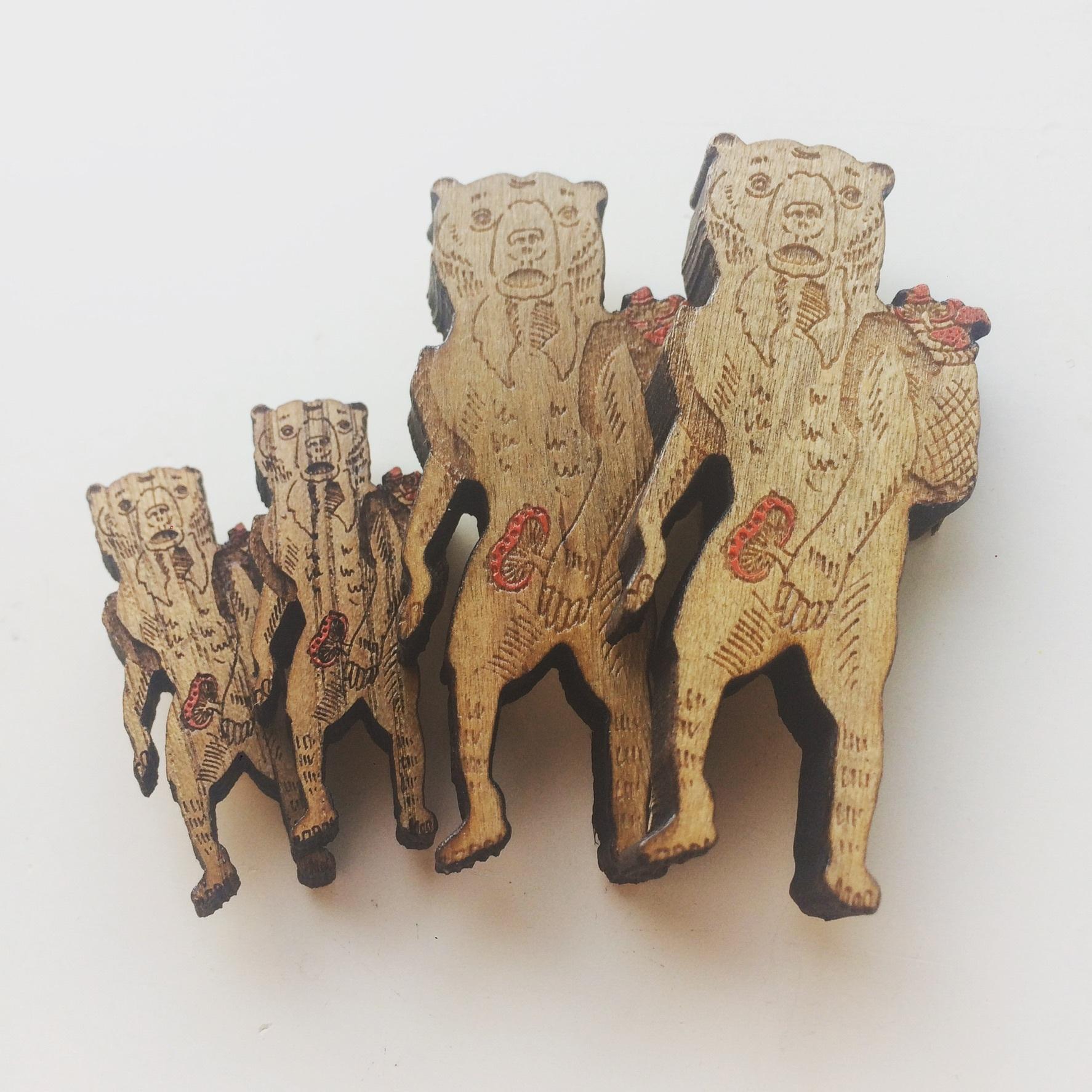 【木製ブローチ】キノコ狩りをするマレーグマ(大)