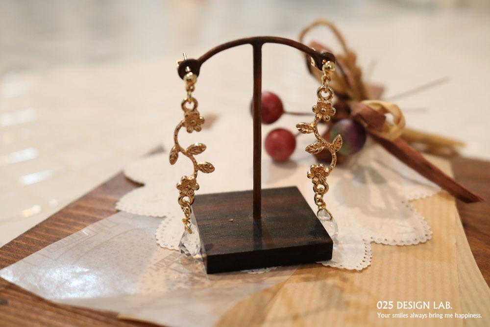 お花飾りと水晶の耳飾り / ピアス