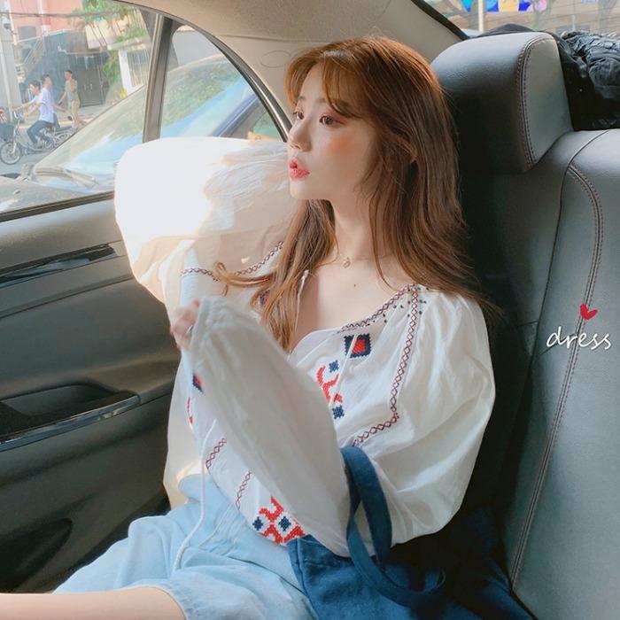 【送料無料】 シルエットがかわいい♡ ボヘミアン 刺繍 ブラウス シャツ ボリューム袖 Vネック