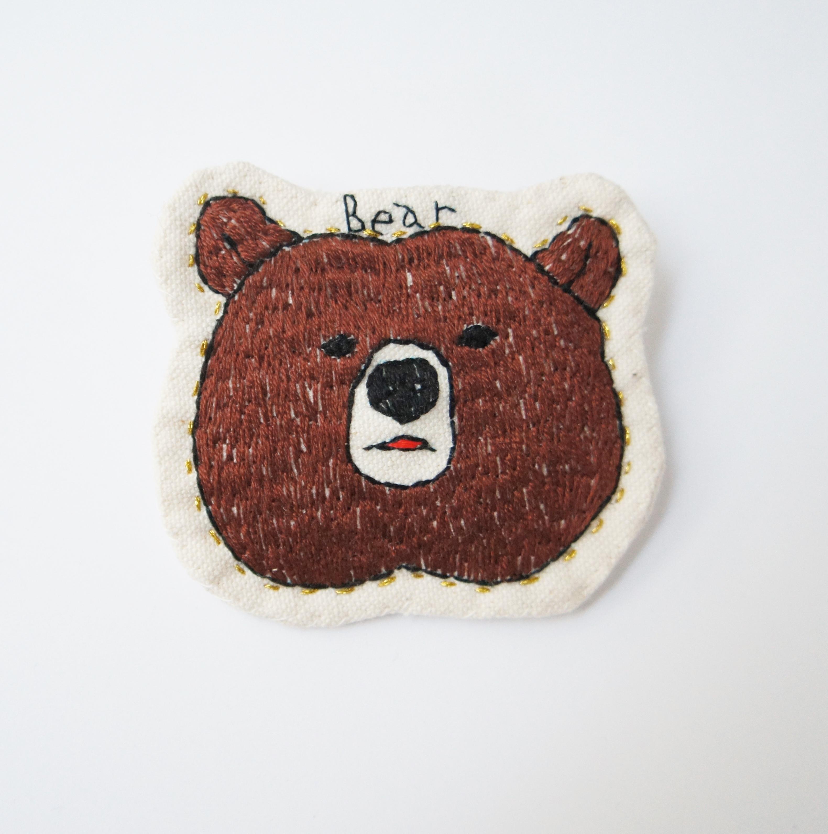 クマのハンドメイド刺繍ブローチ