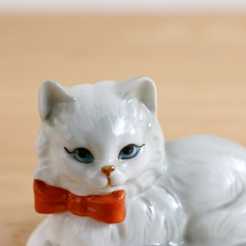 "Danbury Mint Vintage Cat ""Sunday best"""