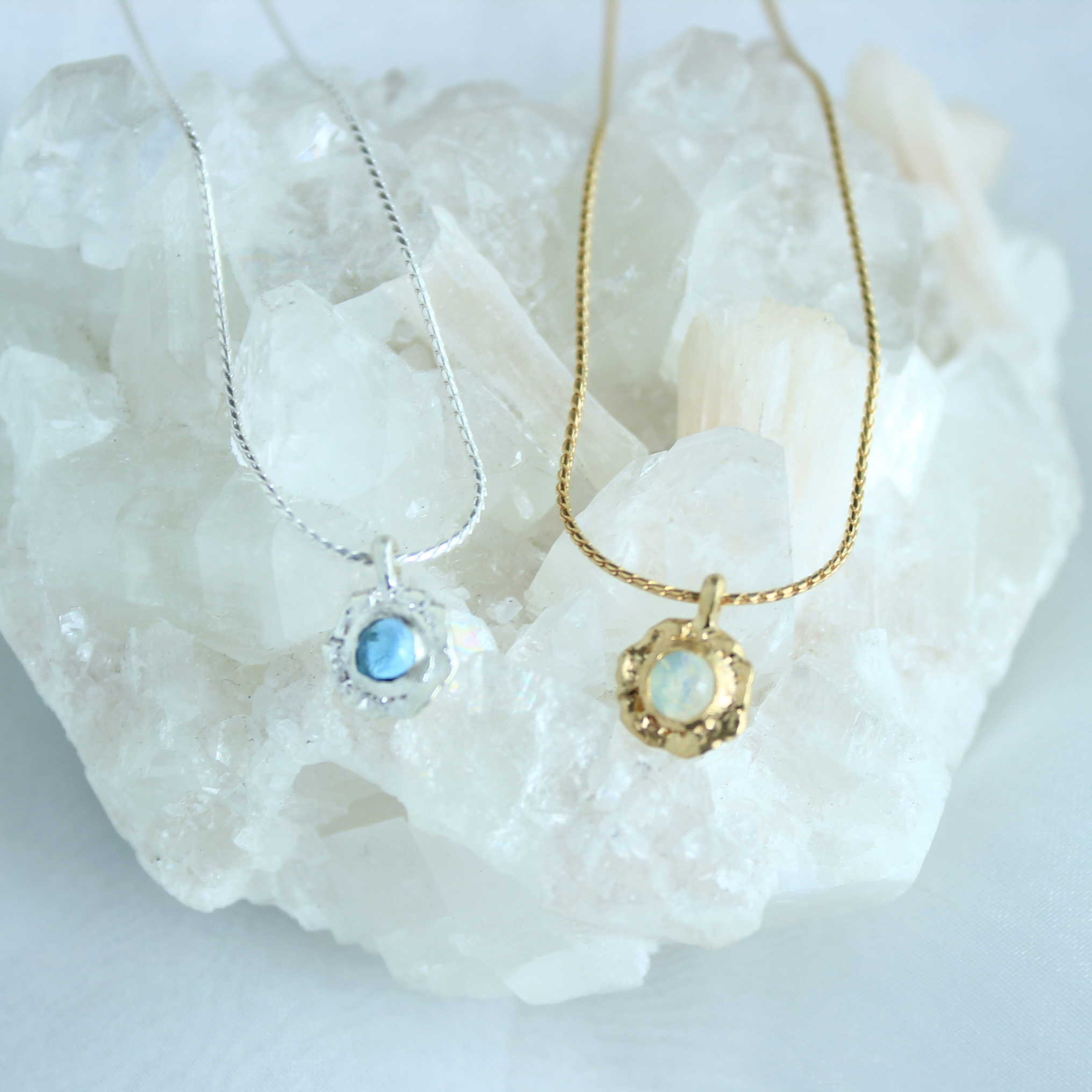 Necklace / Frill Gem ( Blue or White )