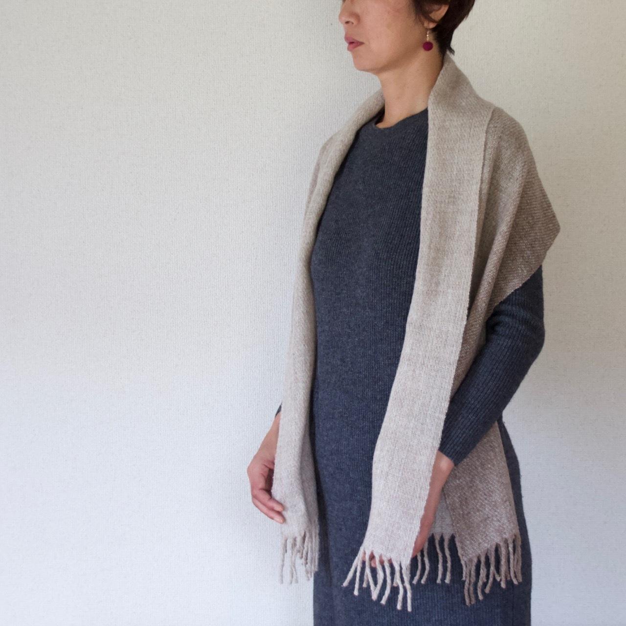 手紡ぎ手織りのショール〈やわらかしっとりタイプ〉(ライトグレーグラデーション)