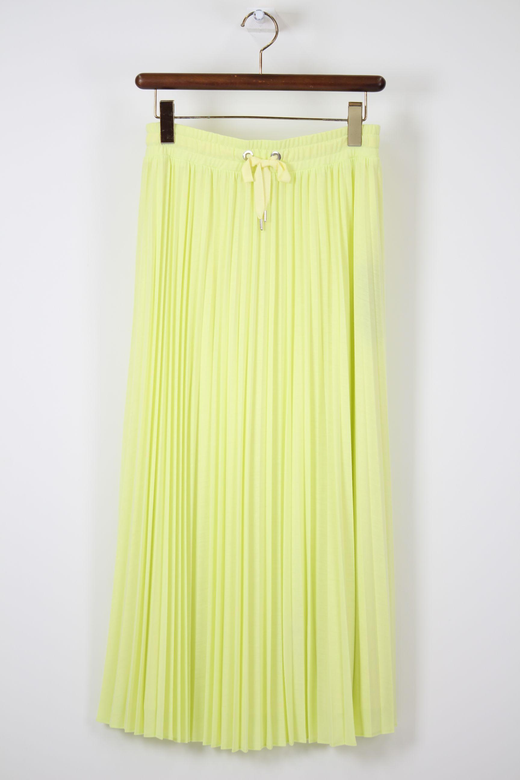 レモンイエローのプリーツスカート