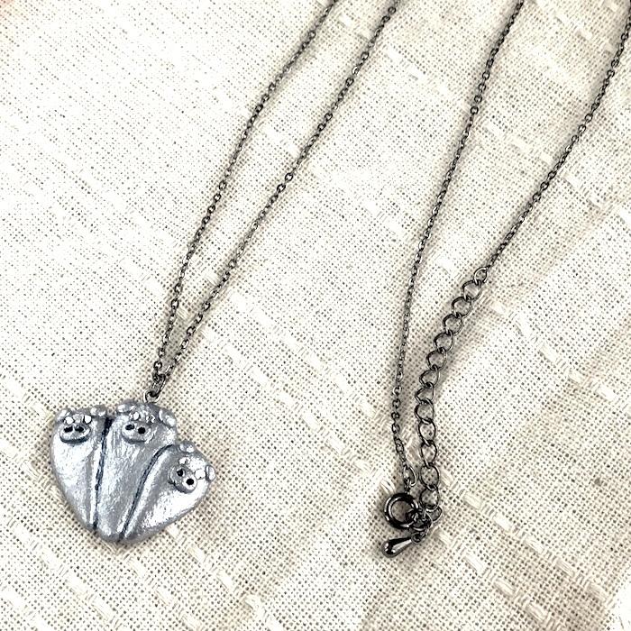 寄り添う三匹のぶたネックレス(シルバー)〔メタル風軽量ネックレス〕