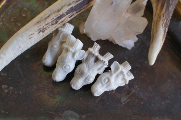 鹿角彫刻のタックピン(鹿の頭)