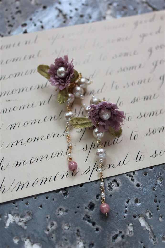 モーヴピンクの小花のバックキャッチパールのピアス