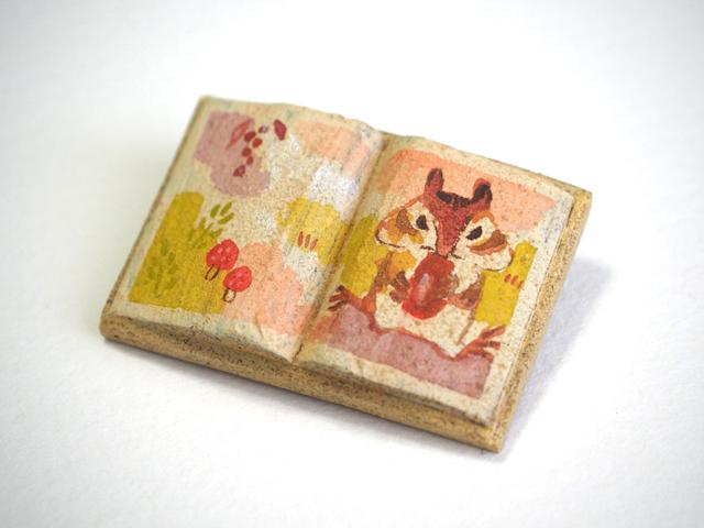 送料込■絵本みたいな陶土のブローチ《もぐもぐリスさん》