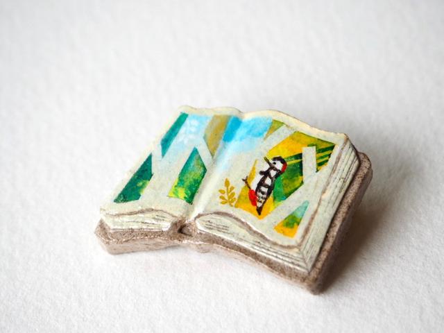 送料無料◆絵本みたいな陶土のブローチ《キツツキ、カンカン》