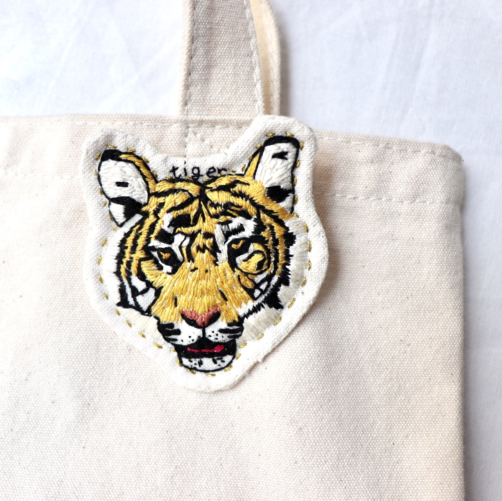 トラのハンドメイド刺繍ブローチ