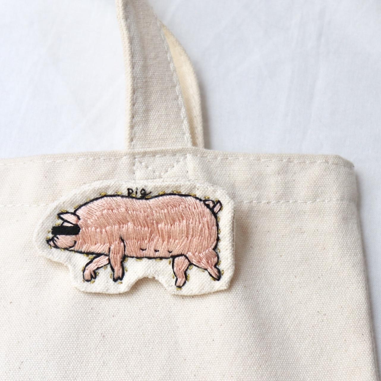 豚のハンドメイド刺繍ブローチ
