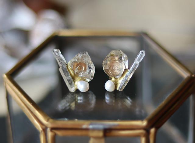 【一点物】原石のダイヤモンドクォーツ・クォーツ・パールの金継ぎピアス