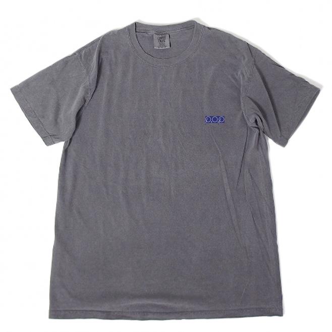 P.O.Pボックスロゴ刺繍Tシャツ(ピグメントグレー) - 画像1