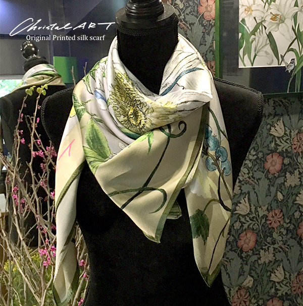 シルクスカーフ「ハチドリのいる庭」(アイボリー)100cm角