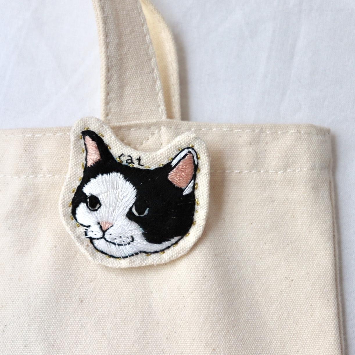 ハチワレ猫のハンドメイド刺繍ブローチ