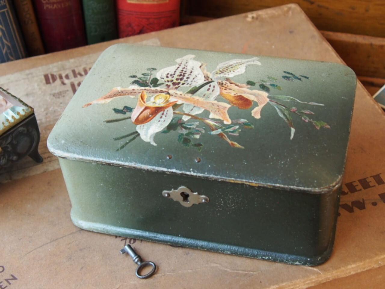 手描きの鍵付き木箱