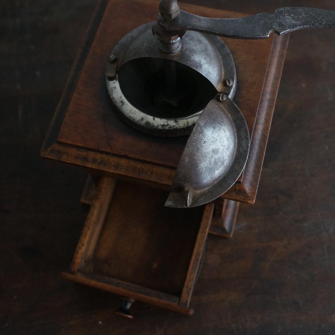古い木製のミル