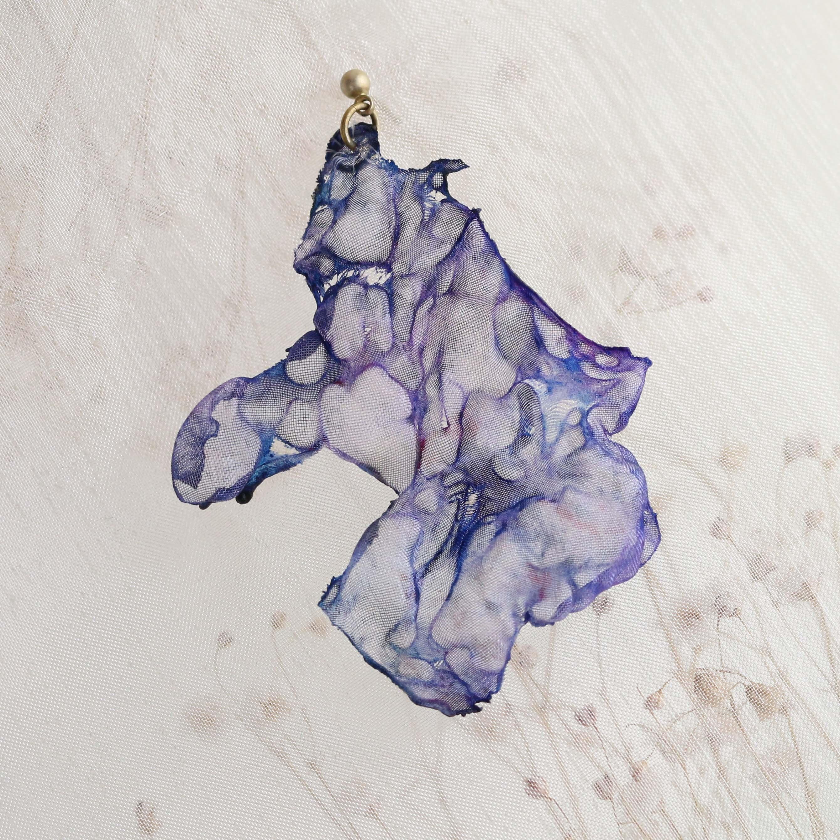 染めオーガンジーのアートピアス|紺色