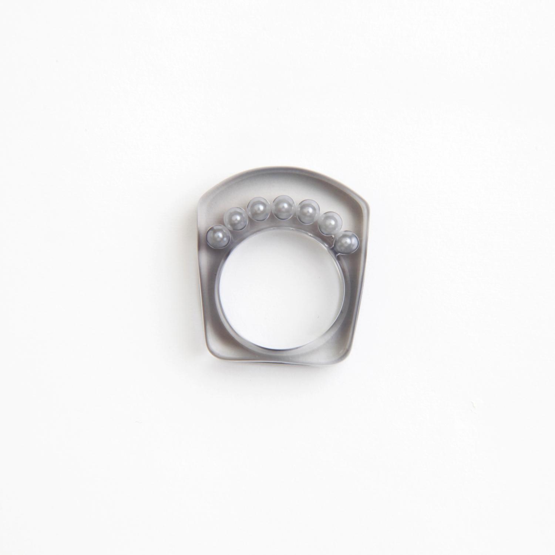 JUTIQU/Essence Ring 2_7 pearls ring_white in black
