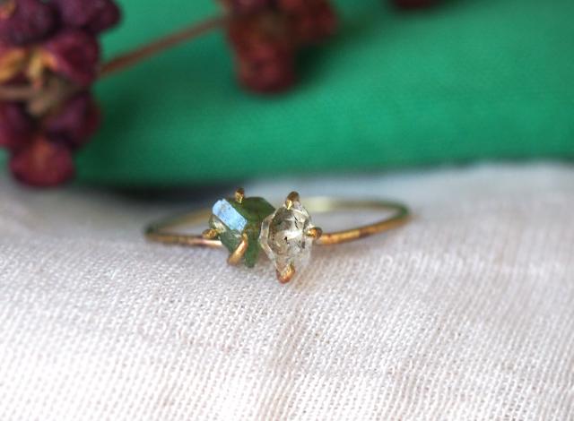 原石のエメラルドとダイヤモンドクォーツのリング