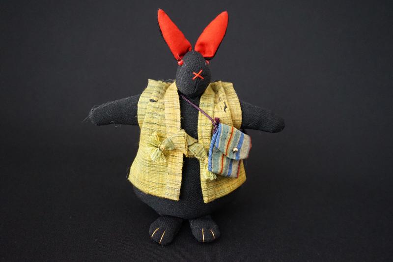 着物、和服の古布人形「ちゃんちゃんこを着たうさぎ」黒 - 画像2