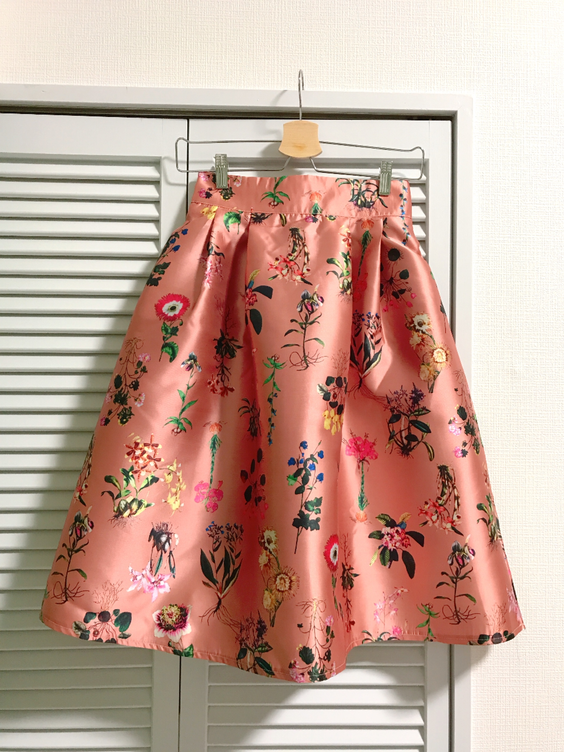 シャンタン素材のボタニカル柄スカート ピンク
