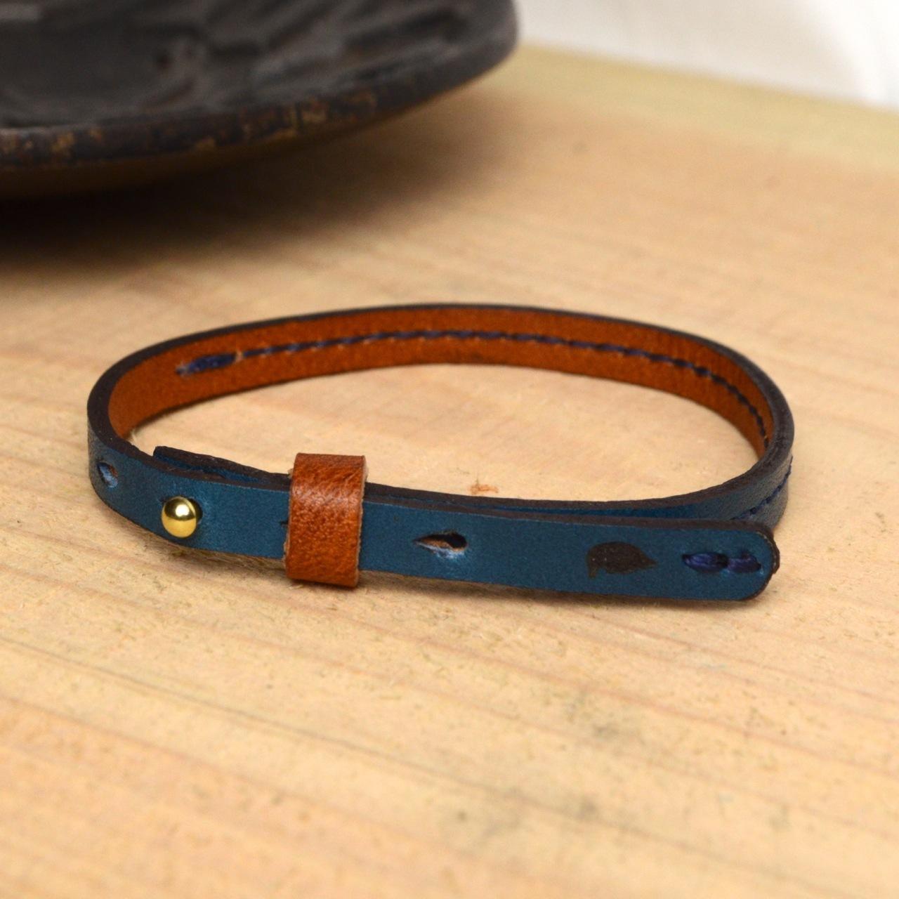 【BL101_BL】ミニ真鍮ギボシのエレガント牛革ブレスレット(ブルー)〜重ね付けやフォーマルなシーンに〜