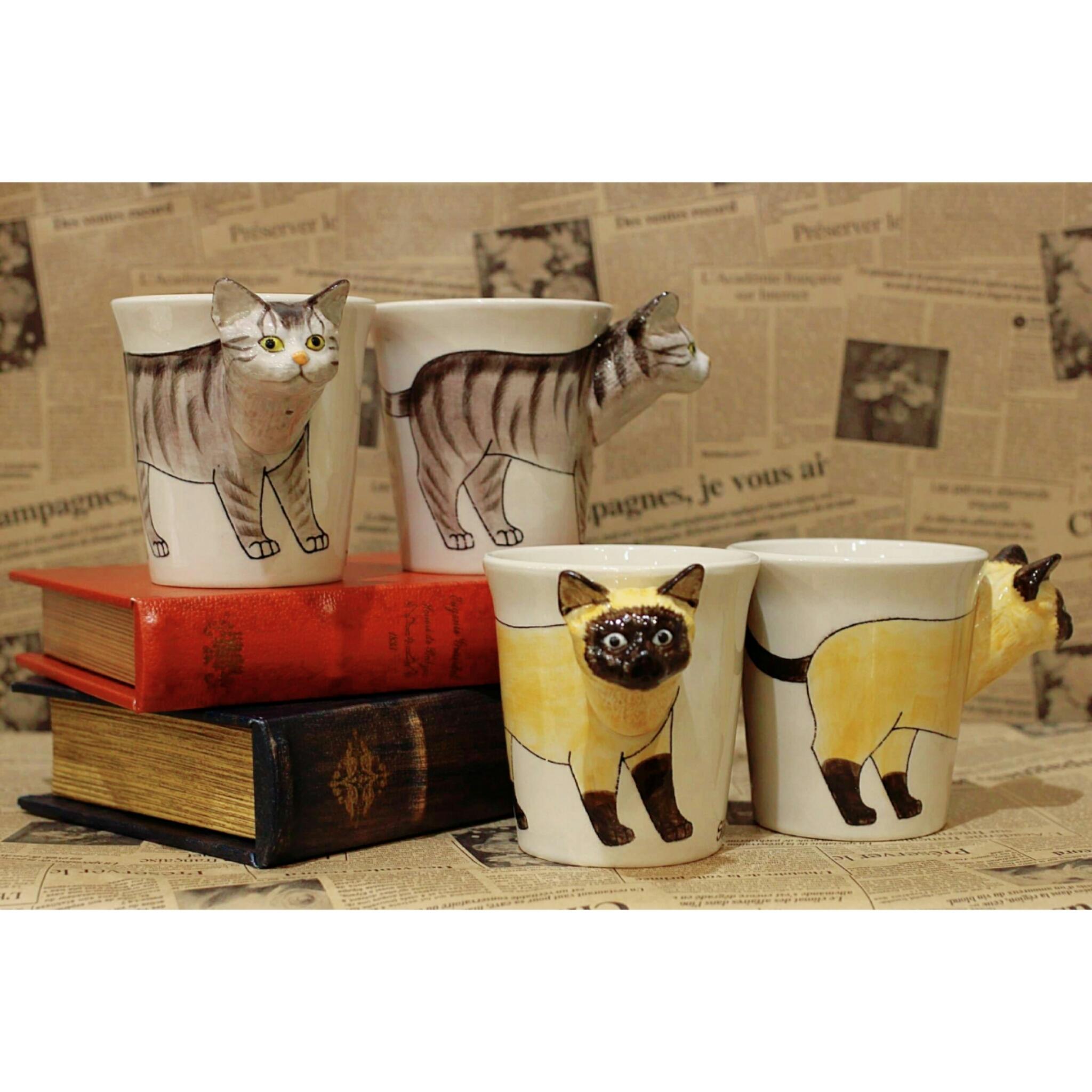 ネコのはみ出し顔のマグカップ【電子レンジ/食洗機対応】/浜松雑貨屋 C0pernicus