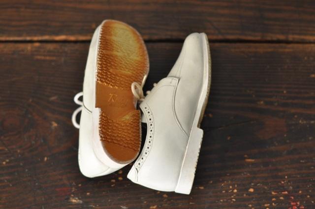 小さな白い革靴