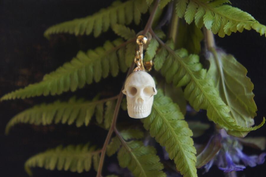 鹿角製小さい頭蓋骨「朝と夕べのメメント・モリ」イヤリング【A】