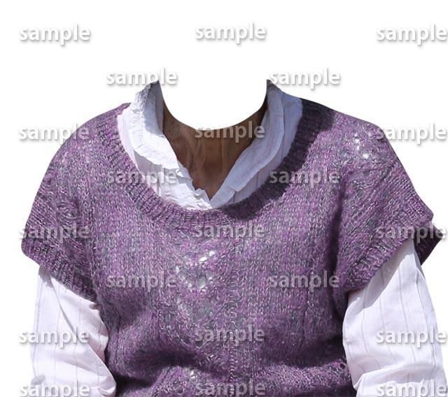 女性藤色セーター白シャツ正面