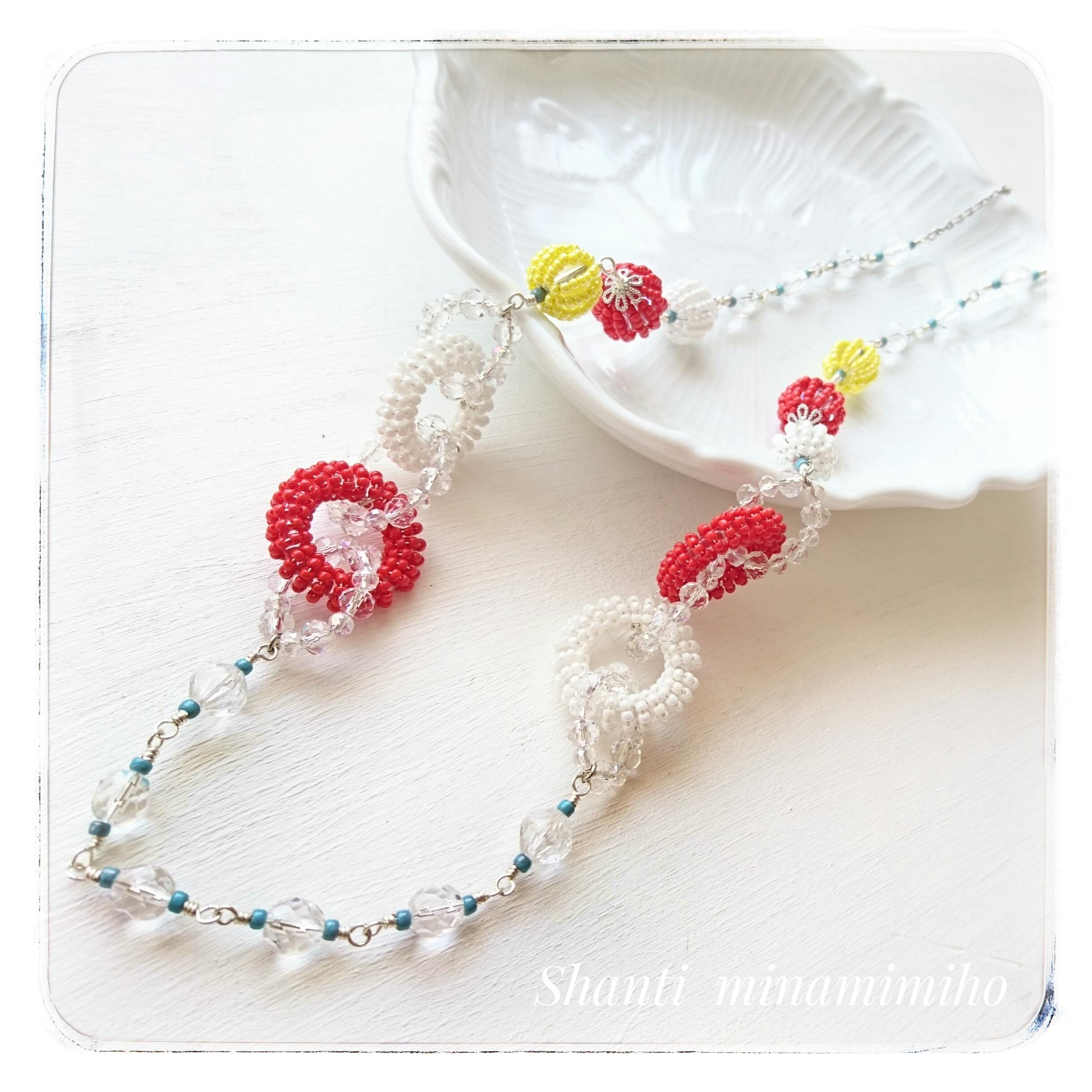 繊細なワイヤーワークが美しく、カラフルでさし色使いがオシャレなロングネックレス