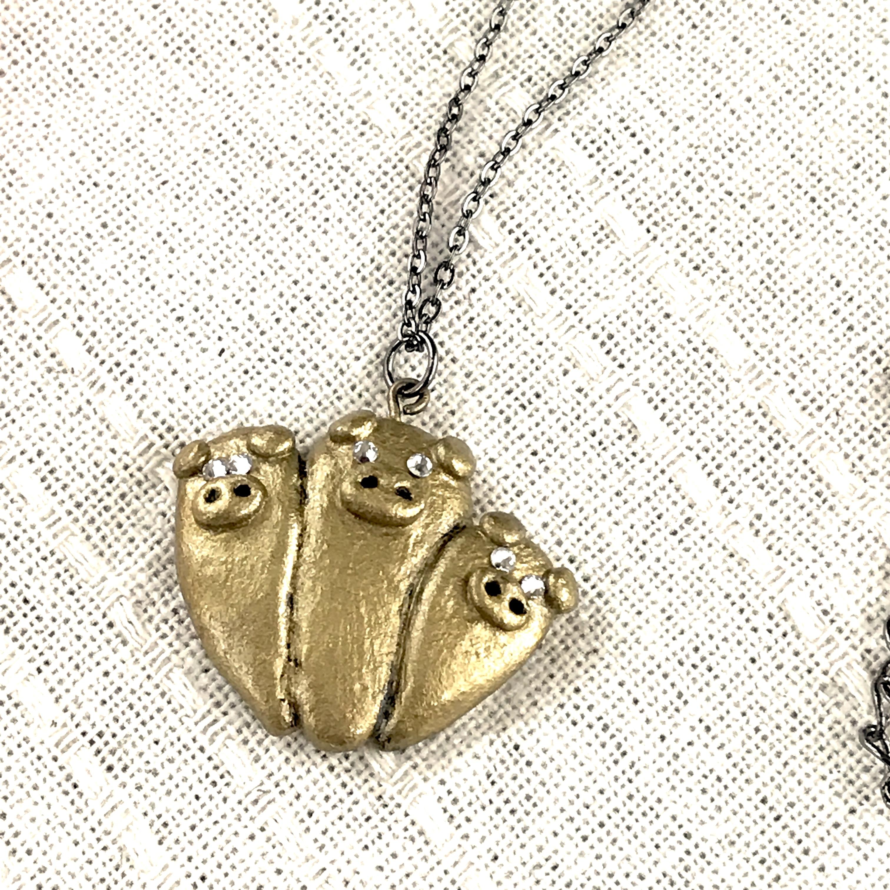 寄り添う三匹のぶたネックレス(ゴールド)〔メタル風軽量ネックレス〕