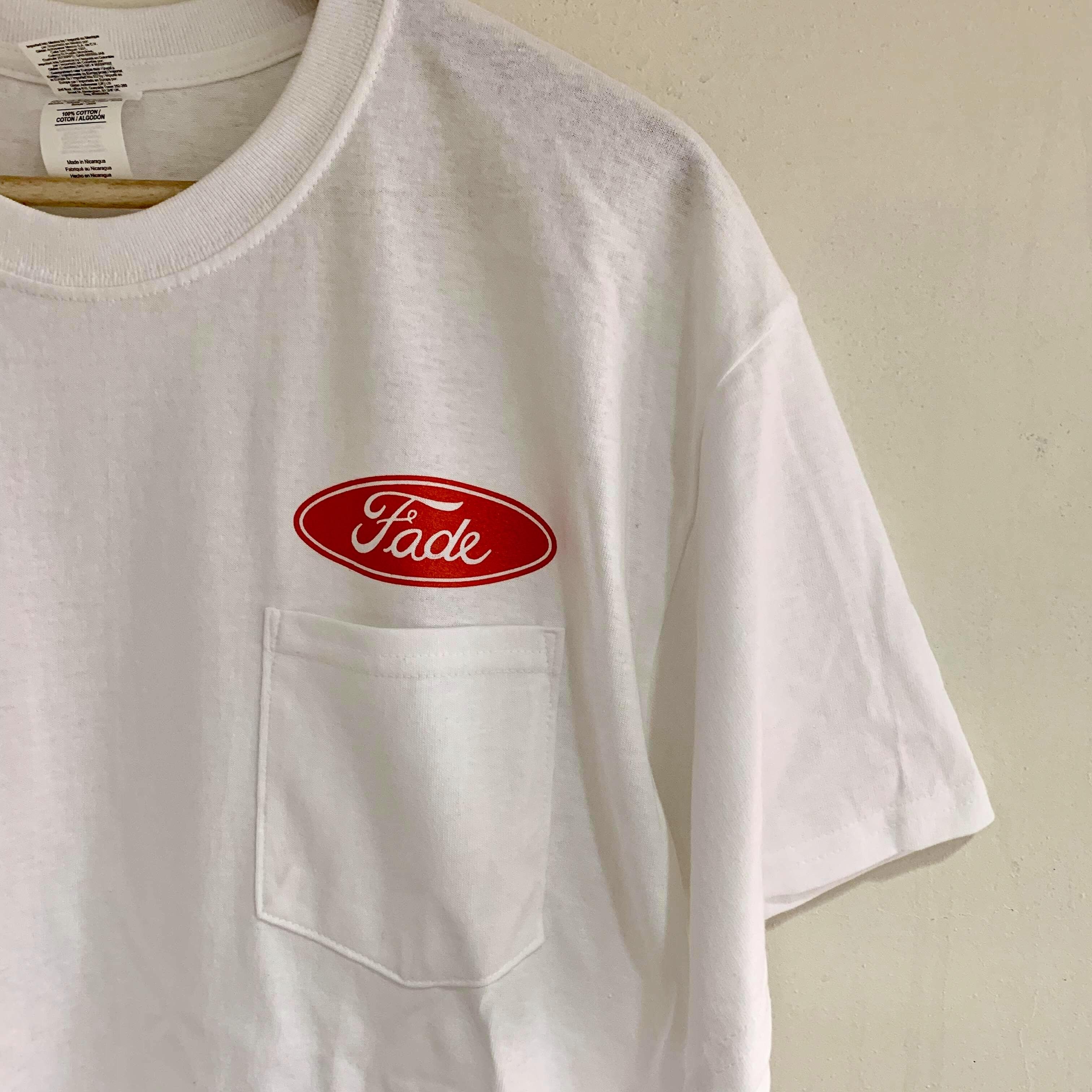 Fade ポケットTシャツ缶バッジ付 ホワイトx赤ロゴ