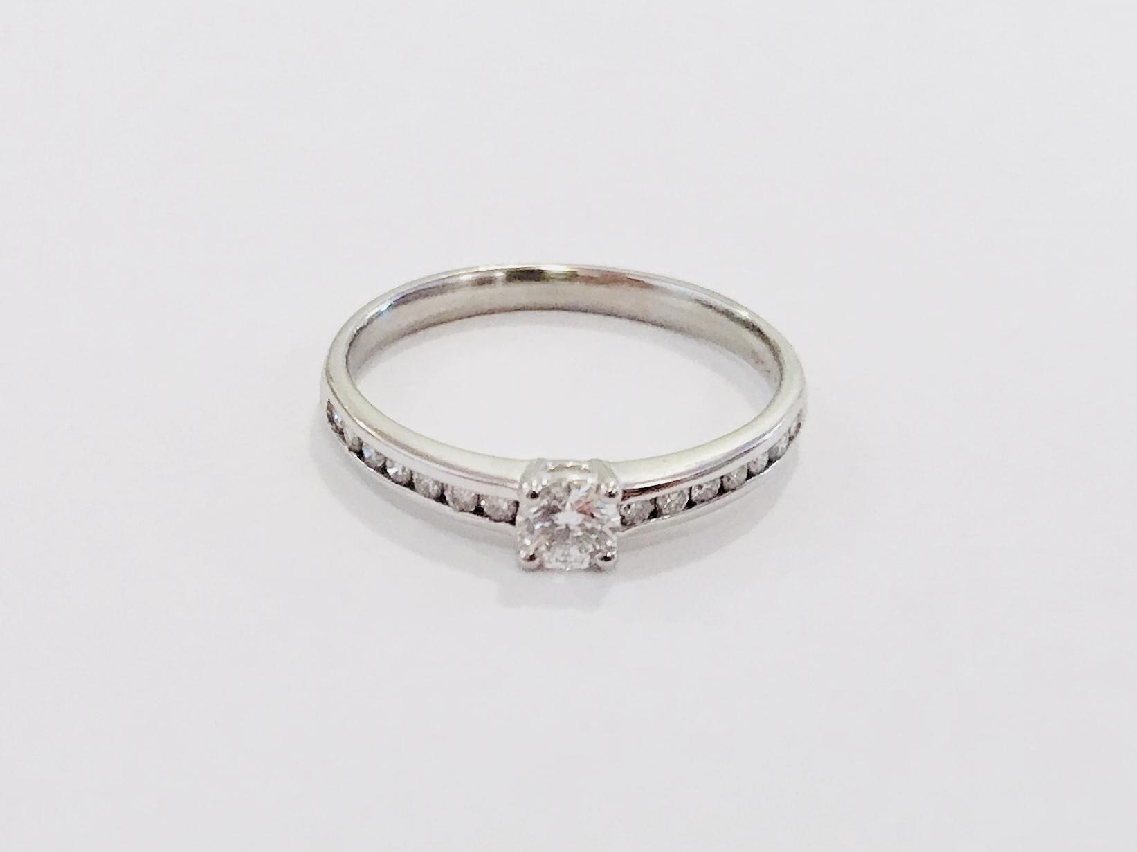 婚約指輪に! PT900 トータル0.37ctダイヤモンドリング