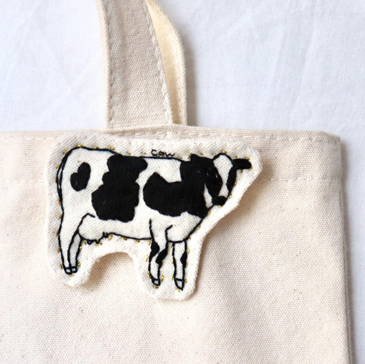 牛のハンドメイド刺繍ブローチ