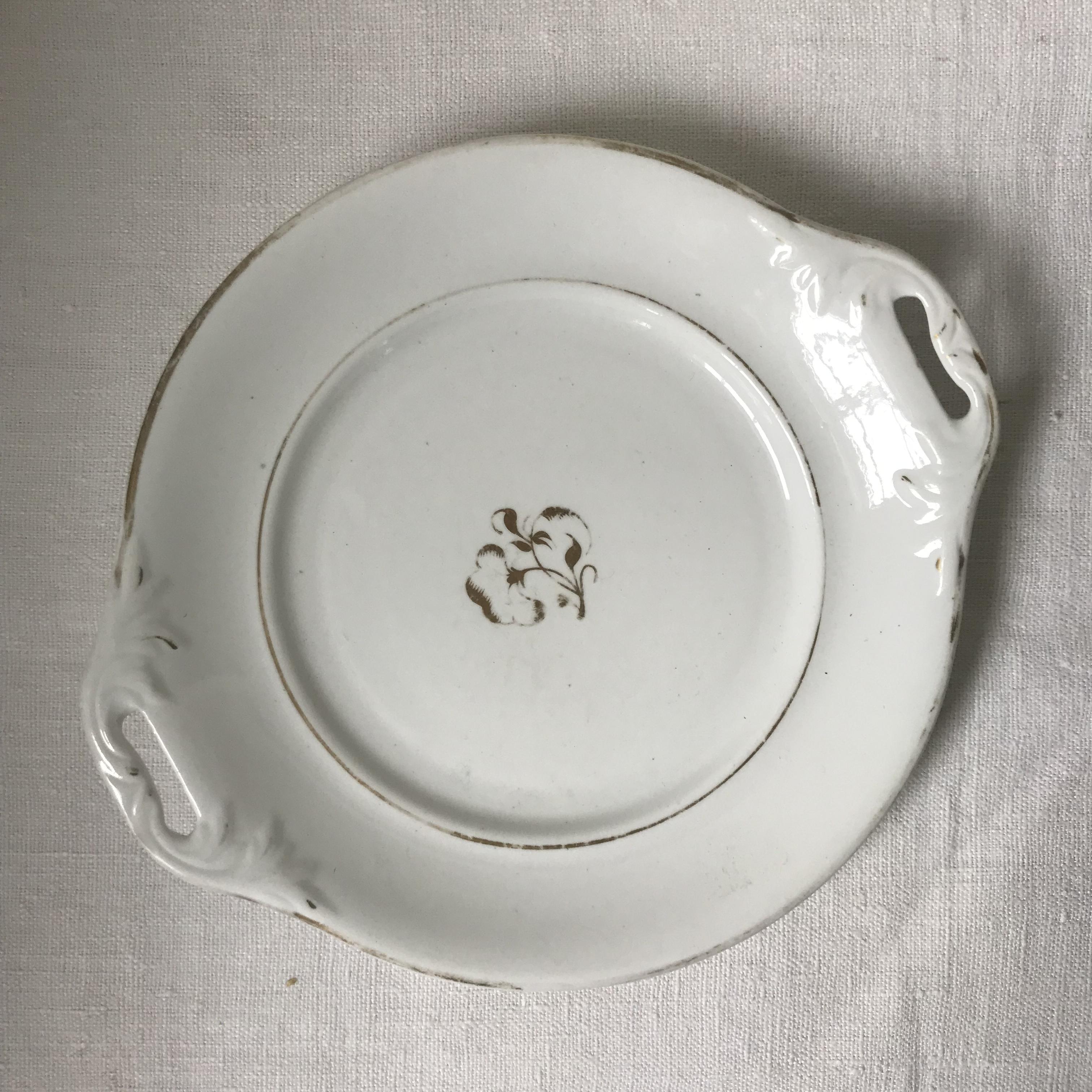 白い持ち手付きのお皿