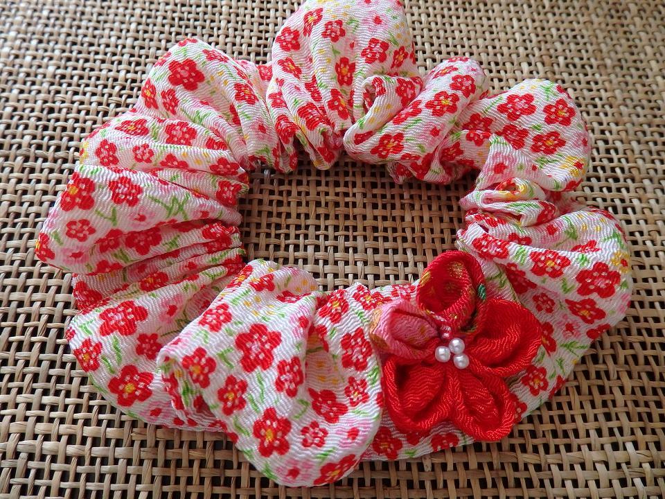 お花のモチーフ付きちりめんシュシュ首輪【小梅柄×赤】
