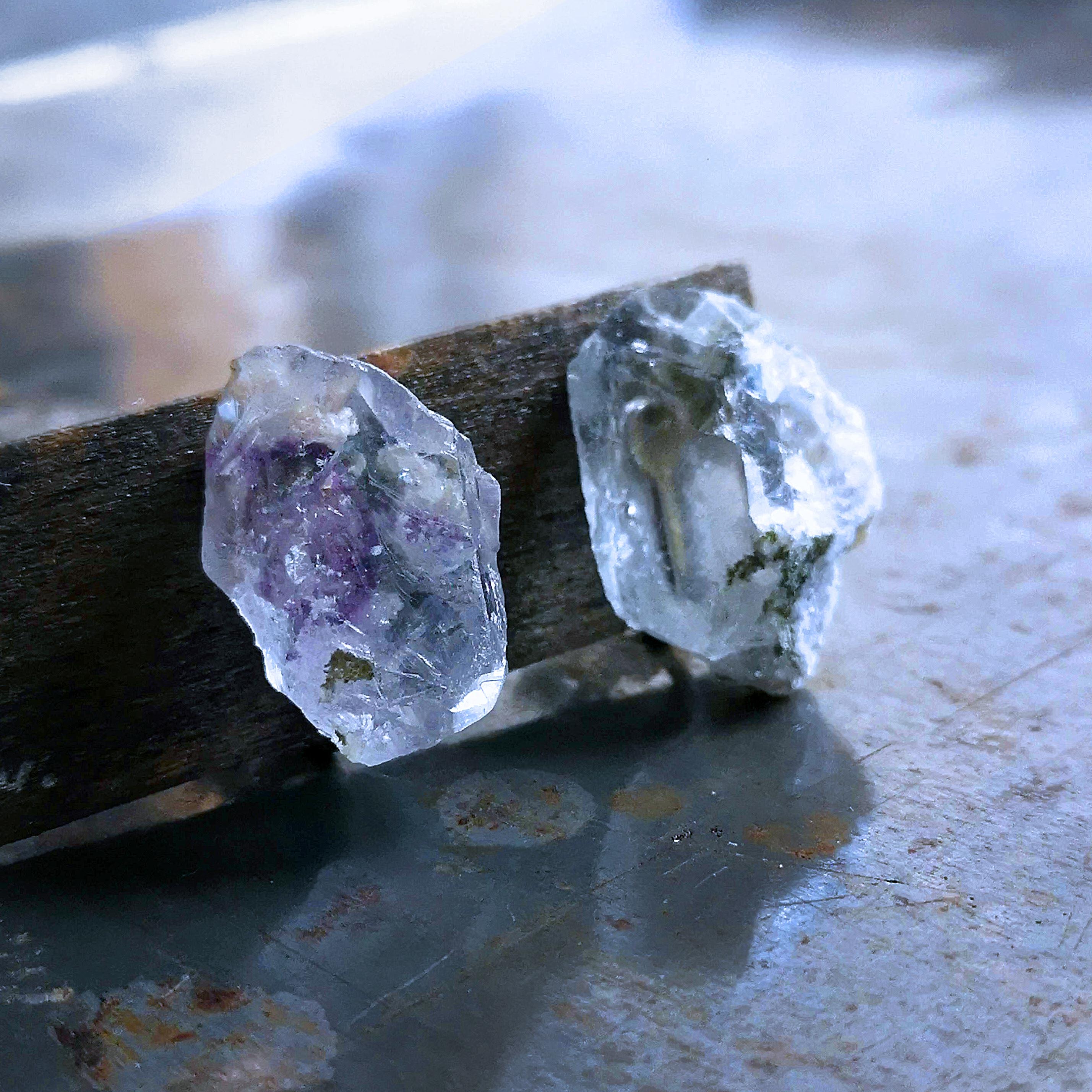 紫色を包んだ透明蛍石のイヤリング