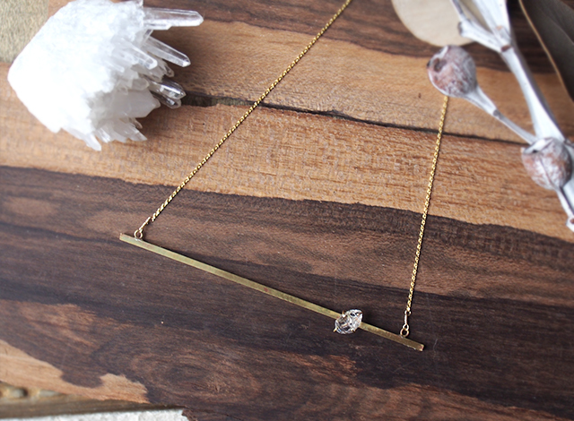 ハーキマーダイヤモンドの真鍮バーネックレス
