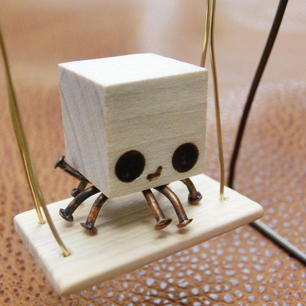 ブランコで遊ぶ【火星人】a    真鍮 木 アルミ オーナメント #1350