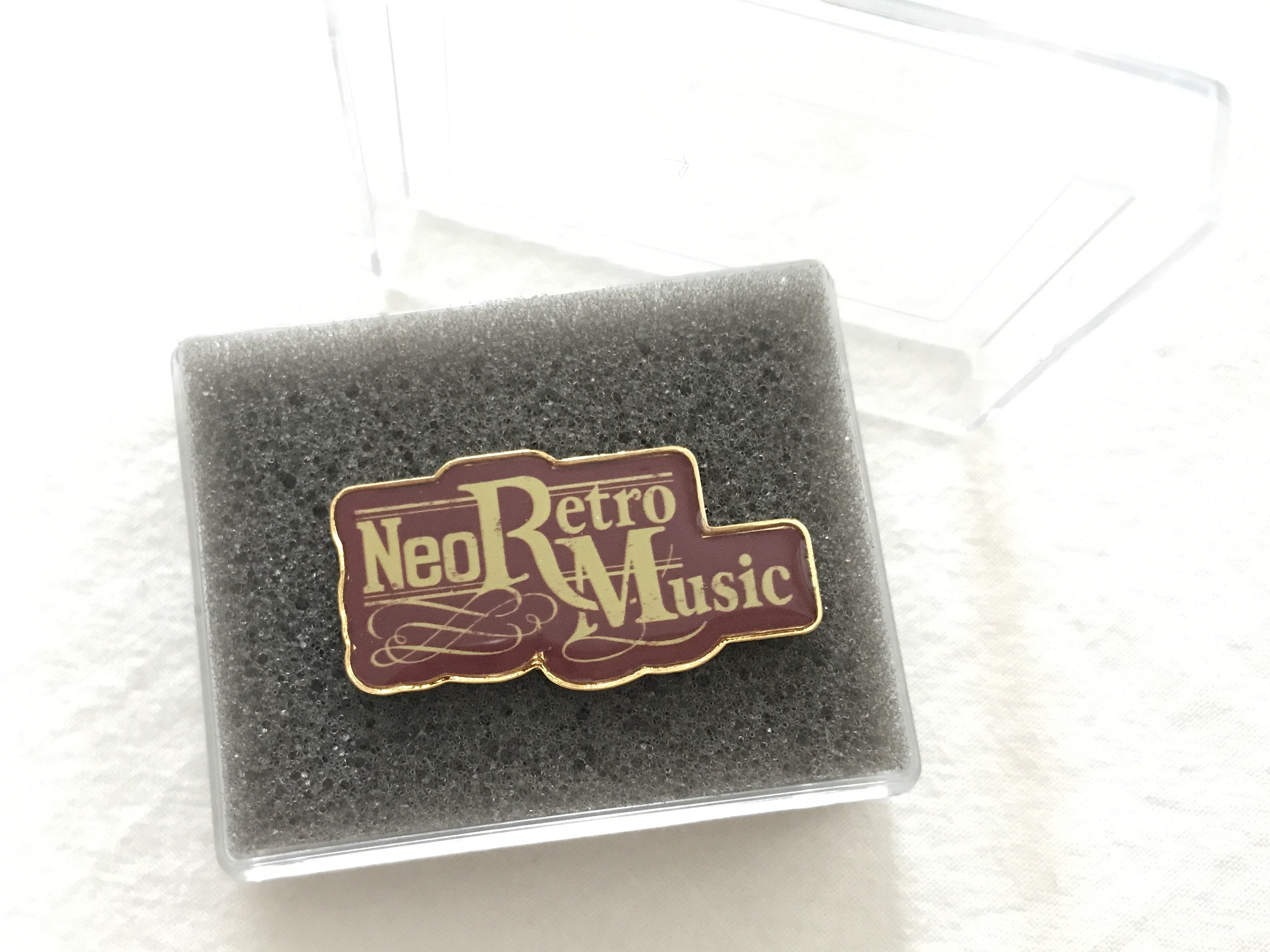 """Neo Retro Music"" ピンバッチ"